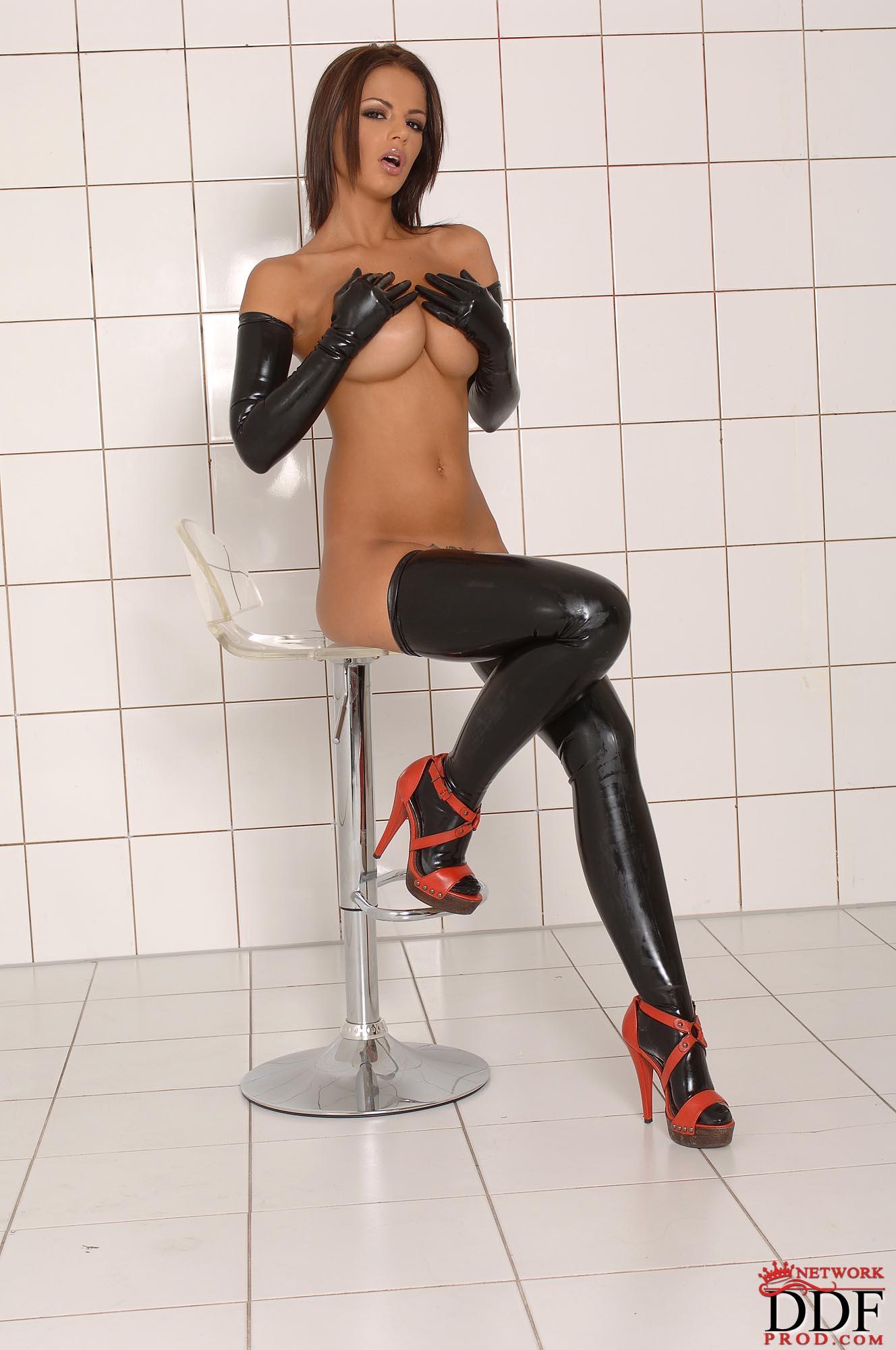 Смотреть онлайн секс лесбиянок в черной одежде из кожи 1 фотография